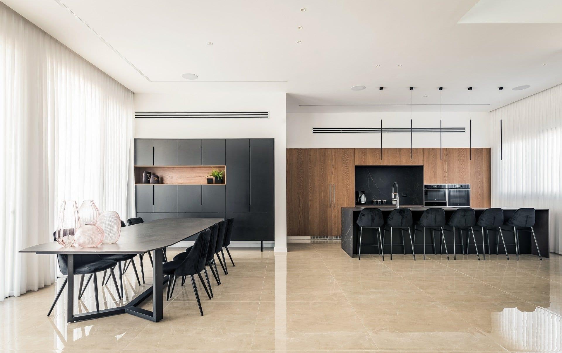 מטבח מודרני שחור ועץ