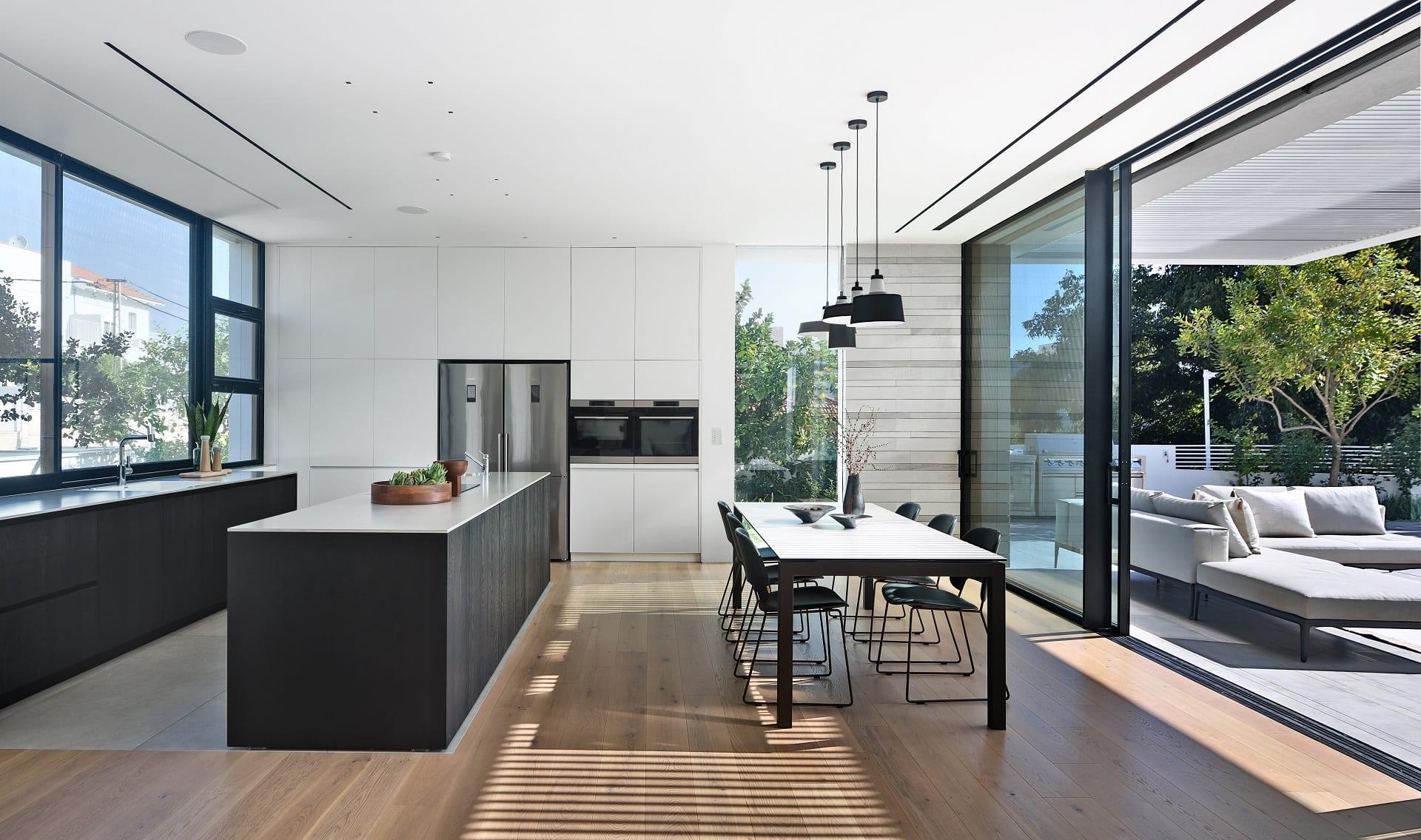 מטבח מודרני שחור לבן עם ארונות גבוהים