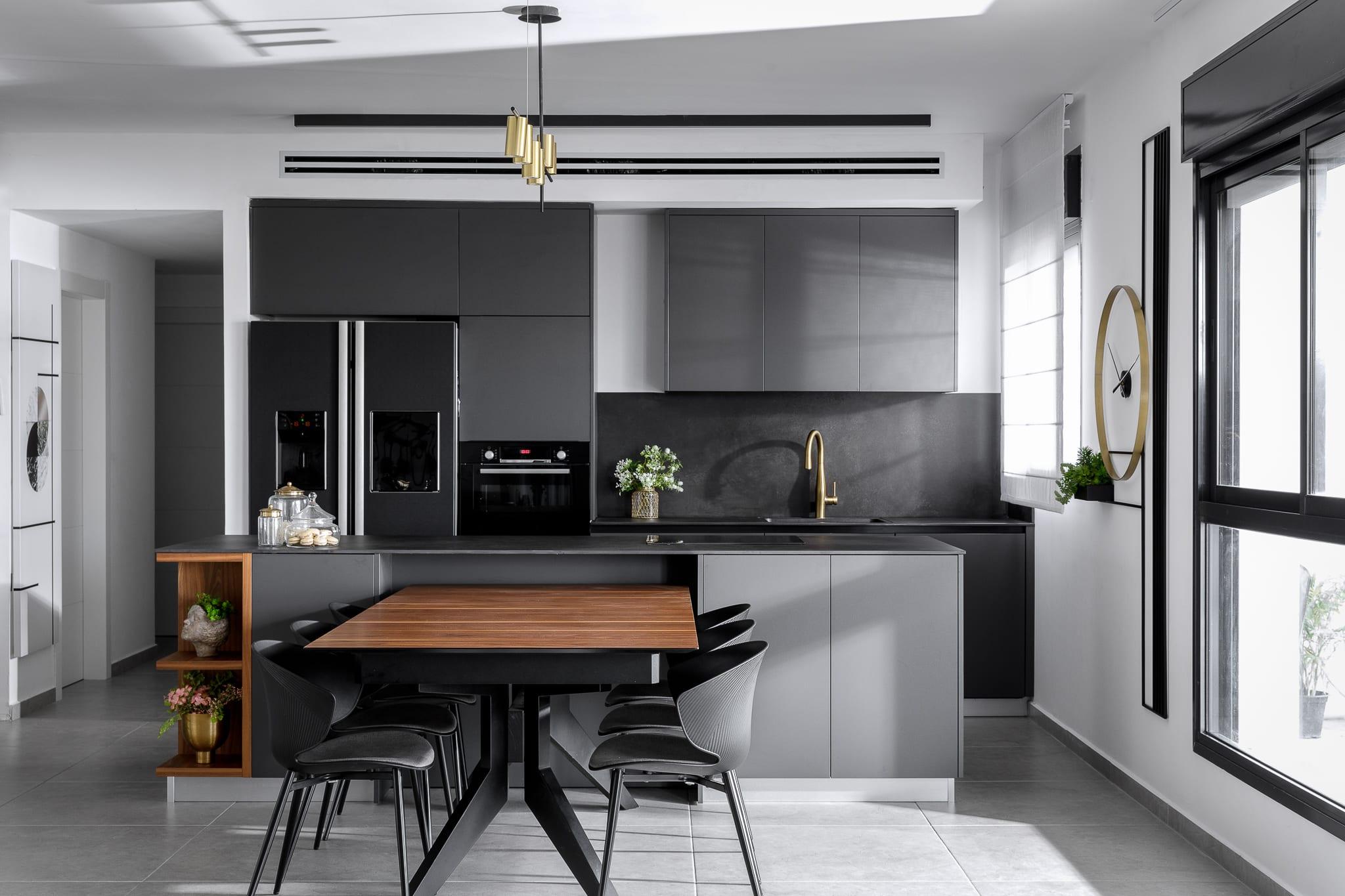 מטבח שחור פחם עם אי נפתח לפינת אוכל בצבע אגוז