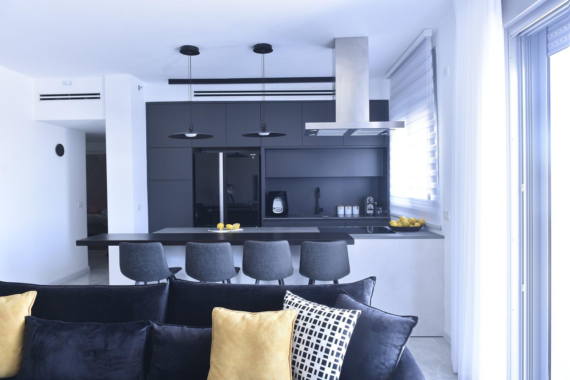מטבח אפור כהה בצבע בטון עם עץ